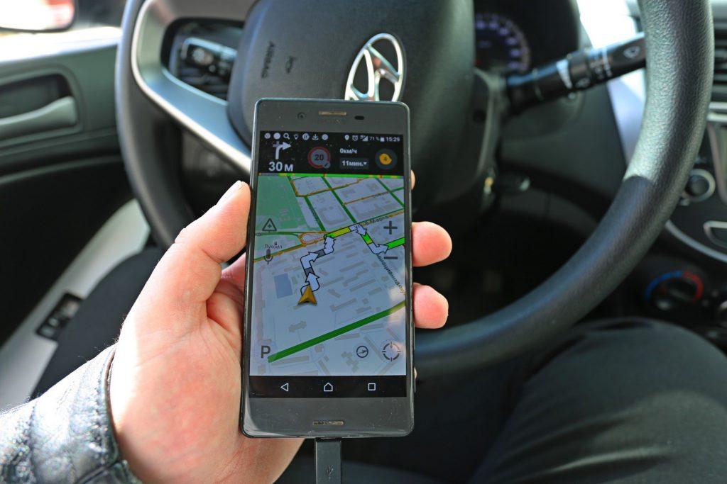 Приложение Таксометр, открытое на мобильном телефоне