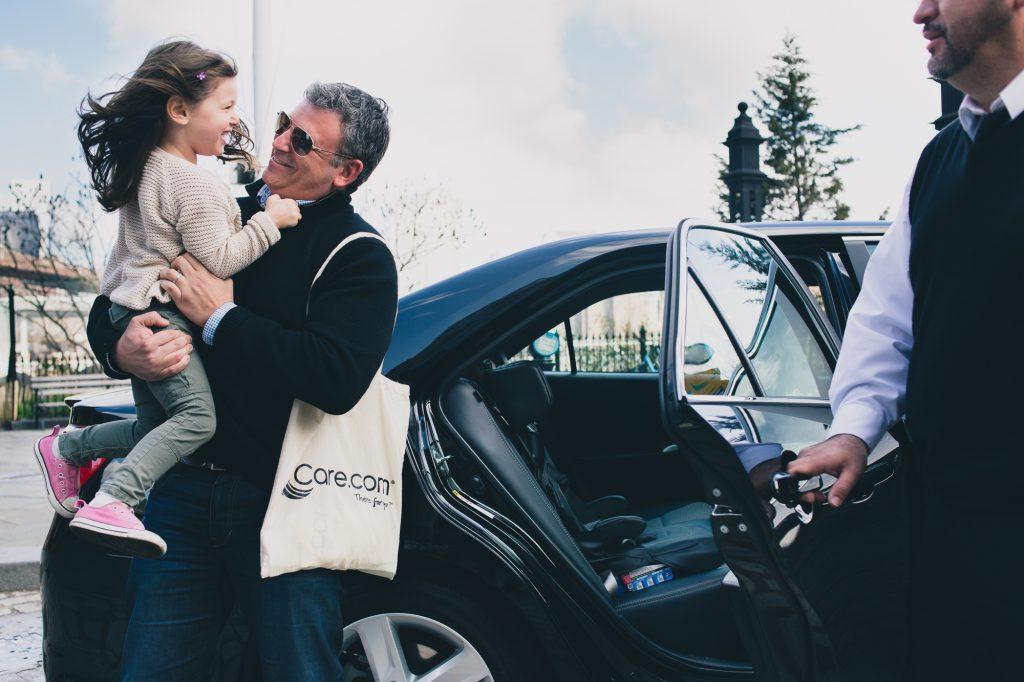 Мужчина с ребенком возле машины