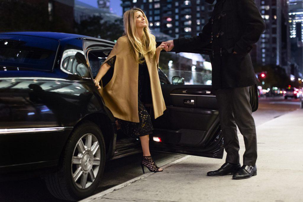 Таксист помогает девушке