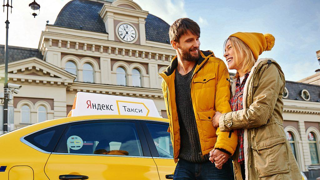 Влюбленная пара возле машины