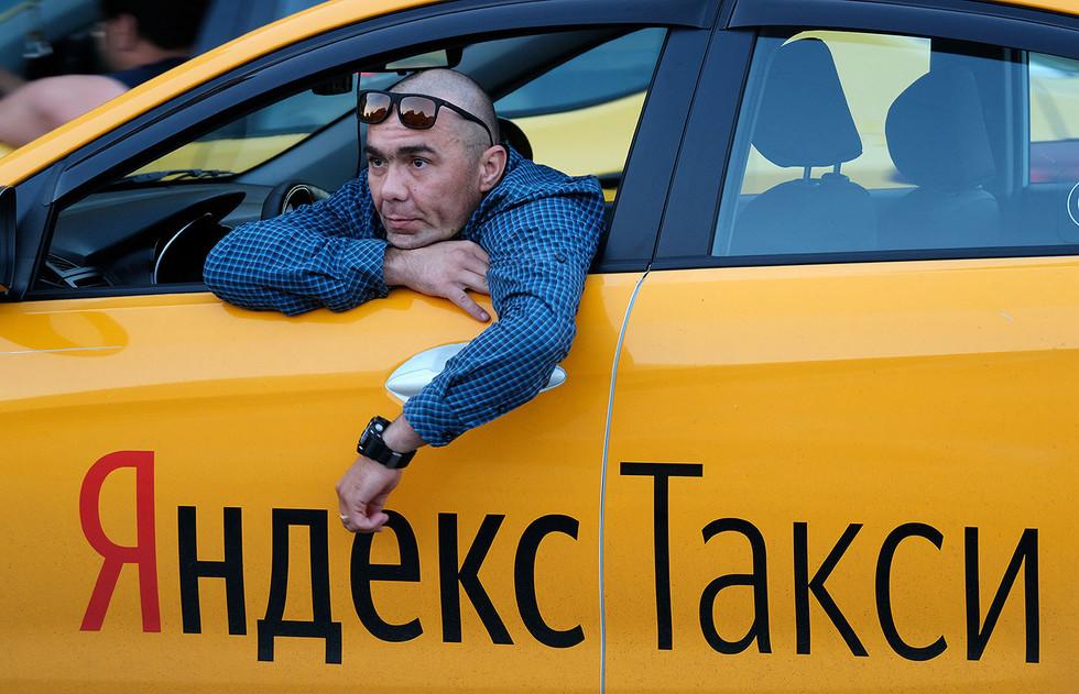 Водитель в машине ждет