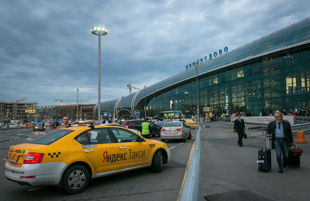 Машина возле аэропорта