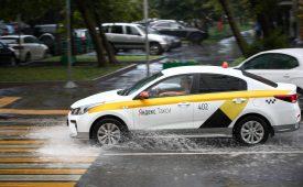 Брендирование машины Яндекс Такси с помощью магнитных наклеек